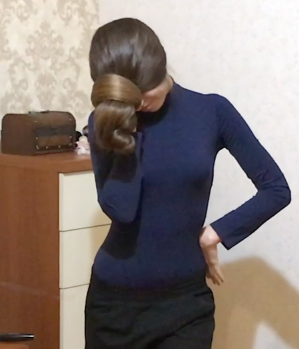 VIDEO - In front of her face