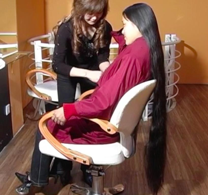 VIDEO - Chinese knee length hair washing