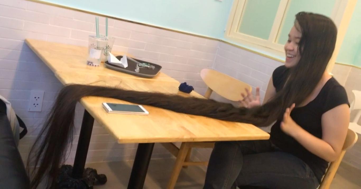 VIDEO - Beyond floor length hair play in cafe