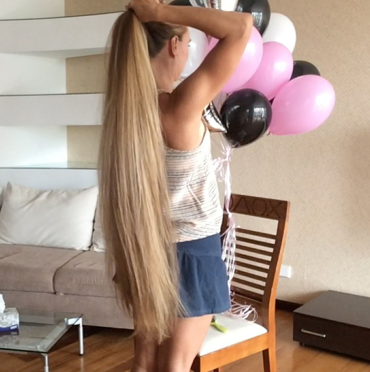 VIDEO - Knee length hair and balloons
