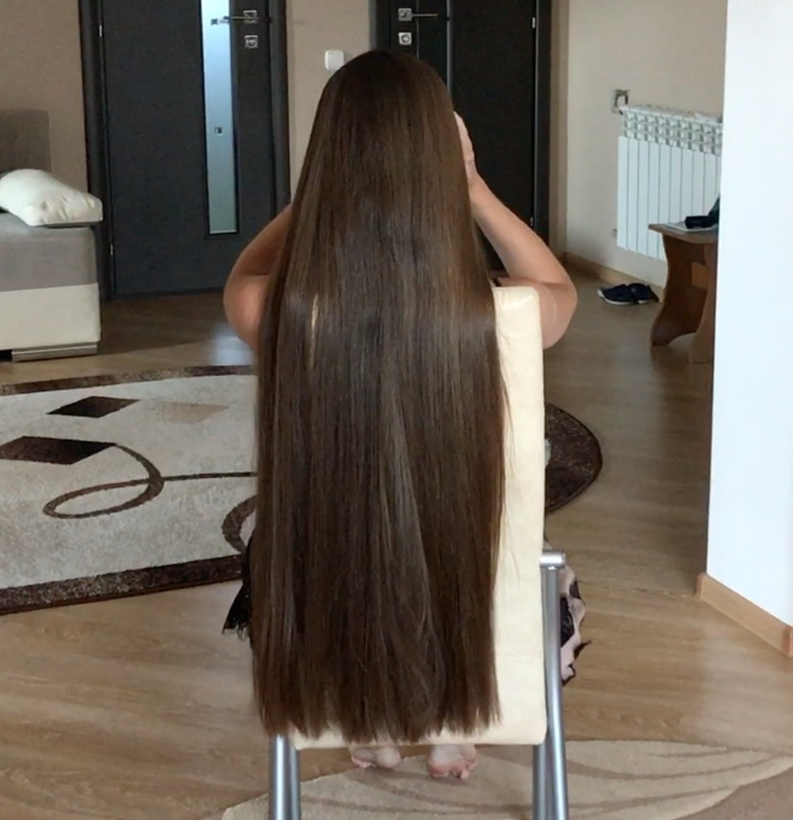 VIDEO - Irina´s silky hair play inside and outside