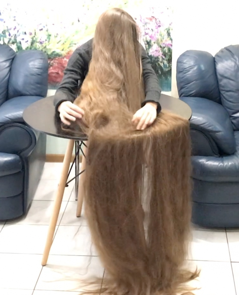 VIDEO - Super hair play on table