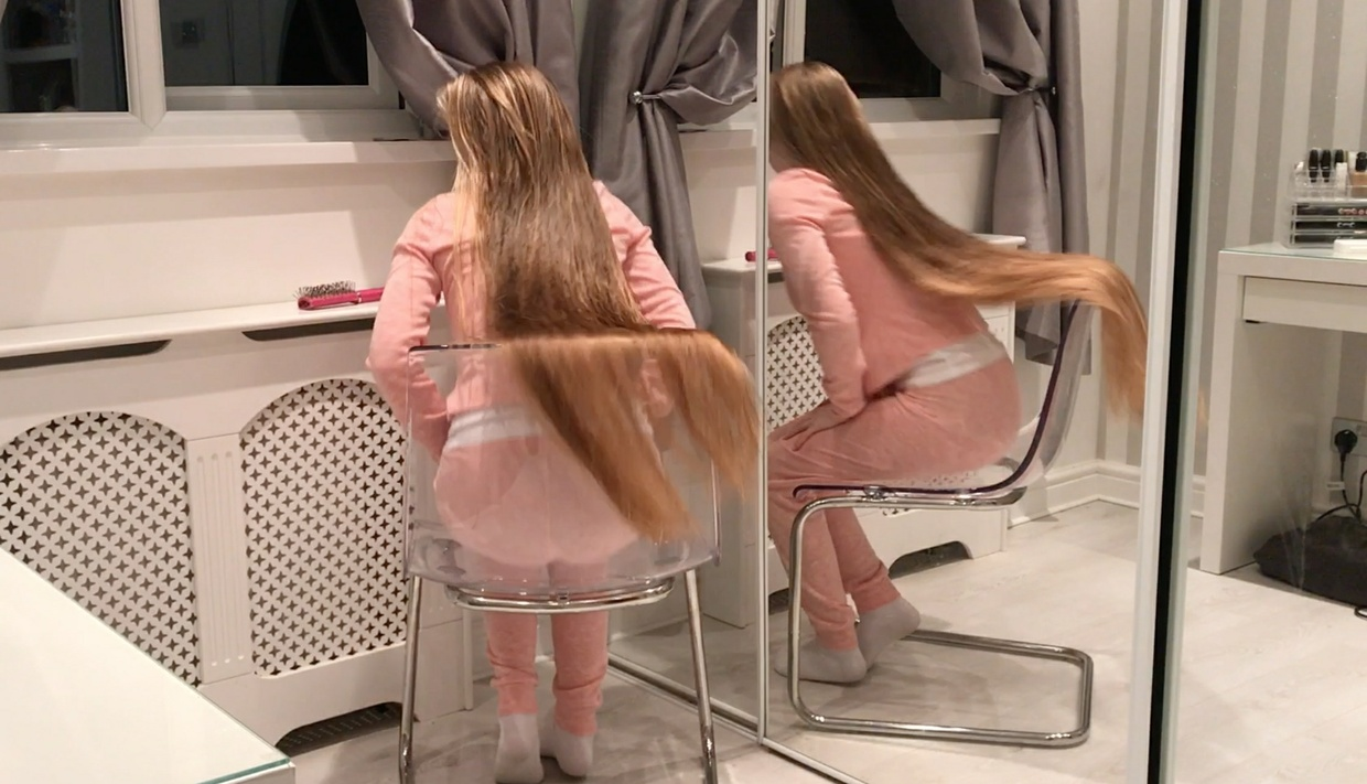 VIDEO - Long, blonde, silky wash