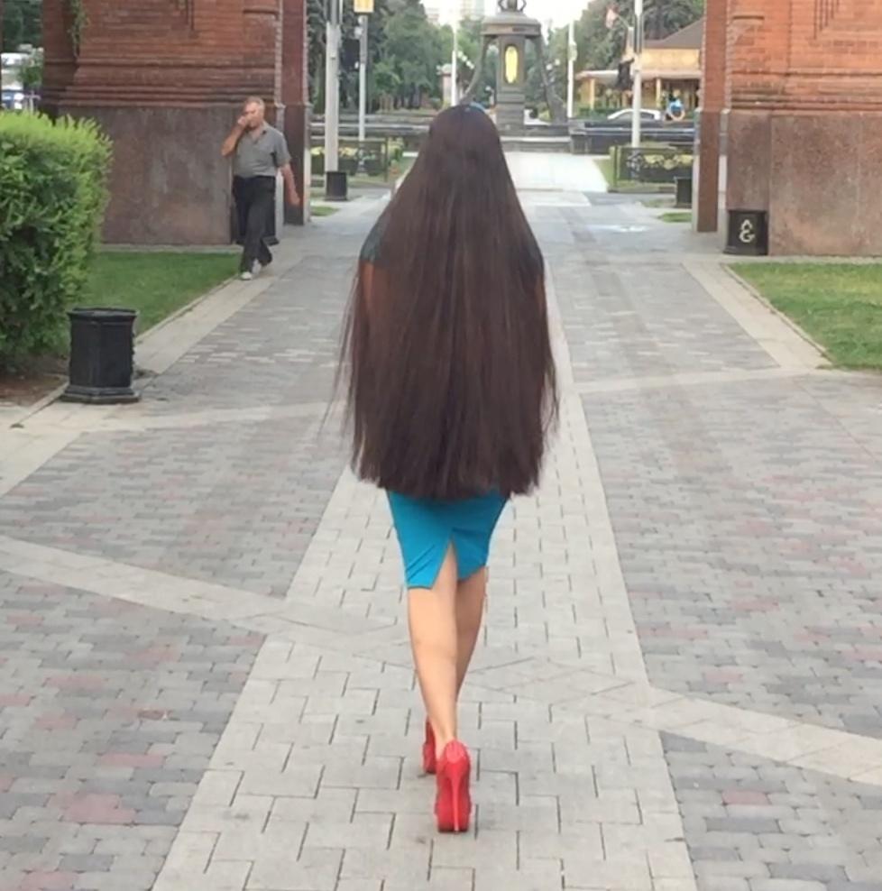 VIDEO - Beauty walking the streets