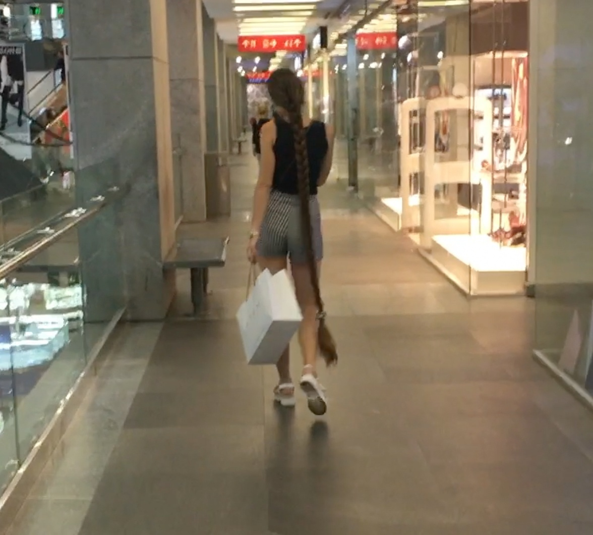 VIDEO - Rapunzel is out shopping