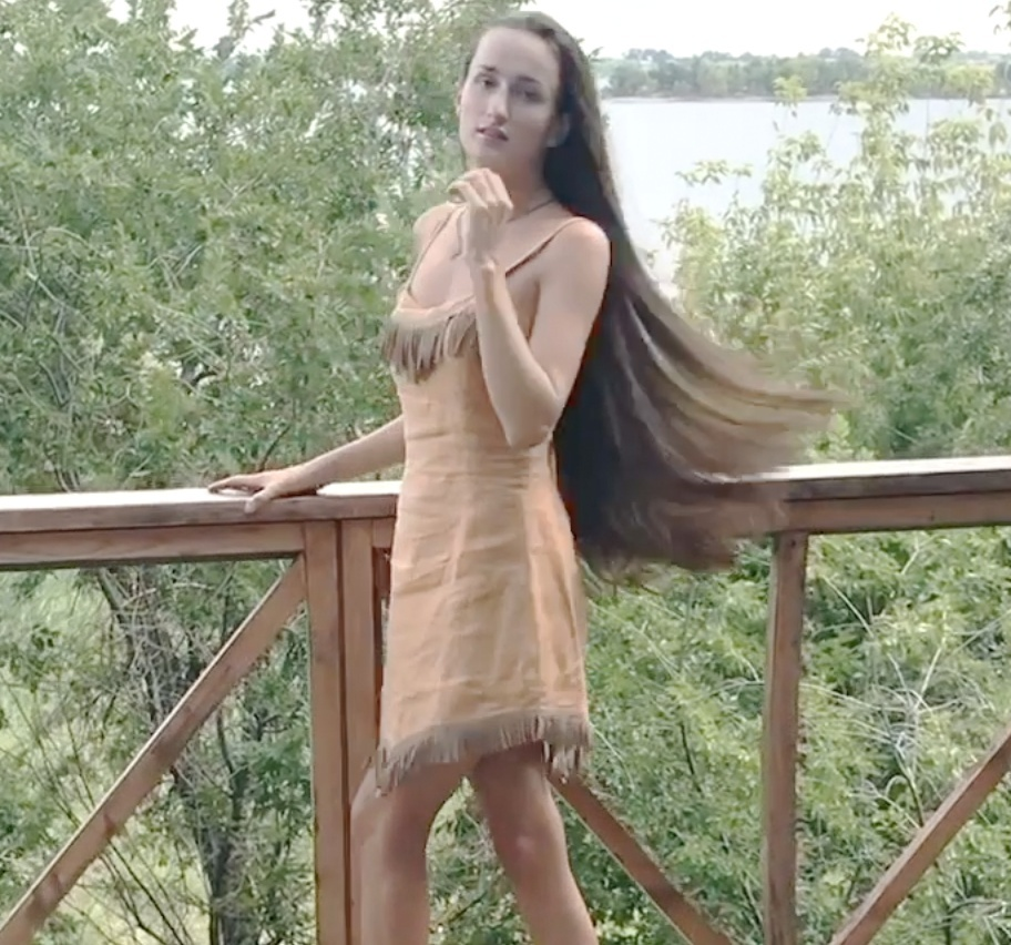 VIDEO - Aleksandra´s outside hair play