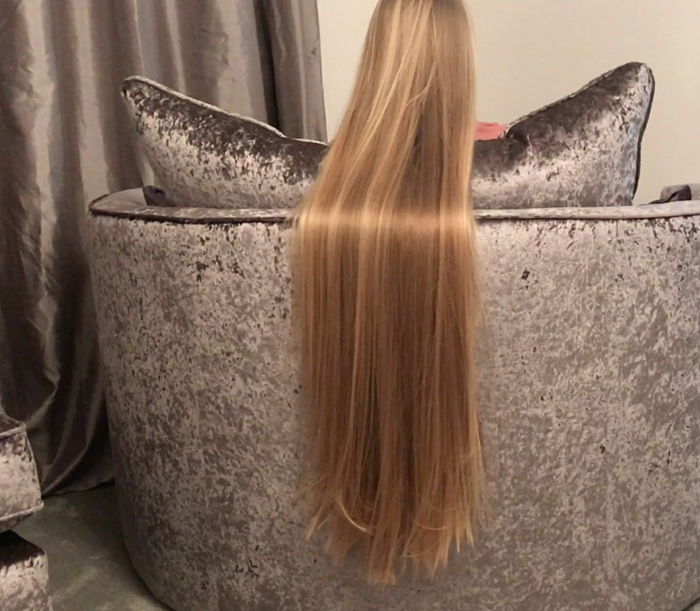 VIDEO - Supersilky blonde in sofa