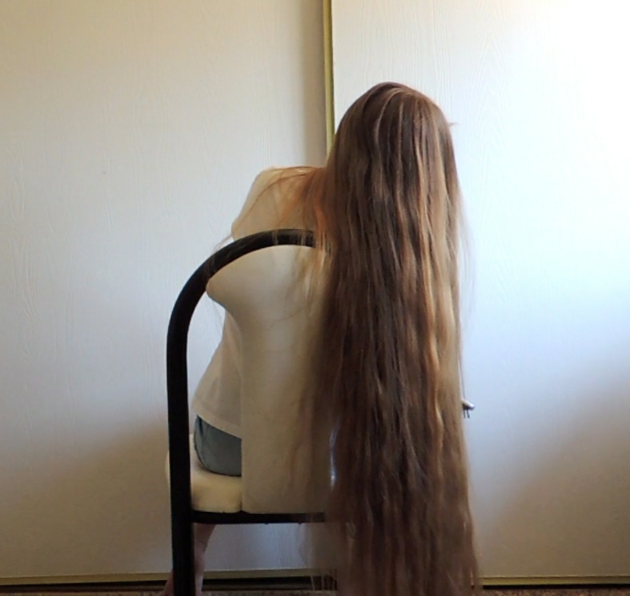 VIDEO - Knee length hair play in chair
