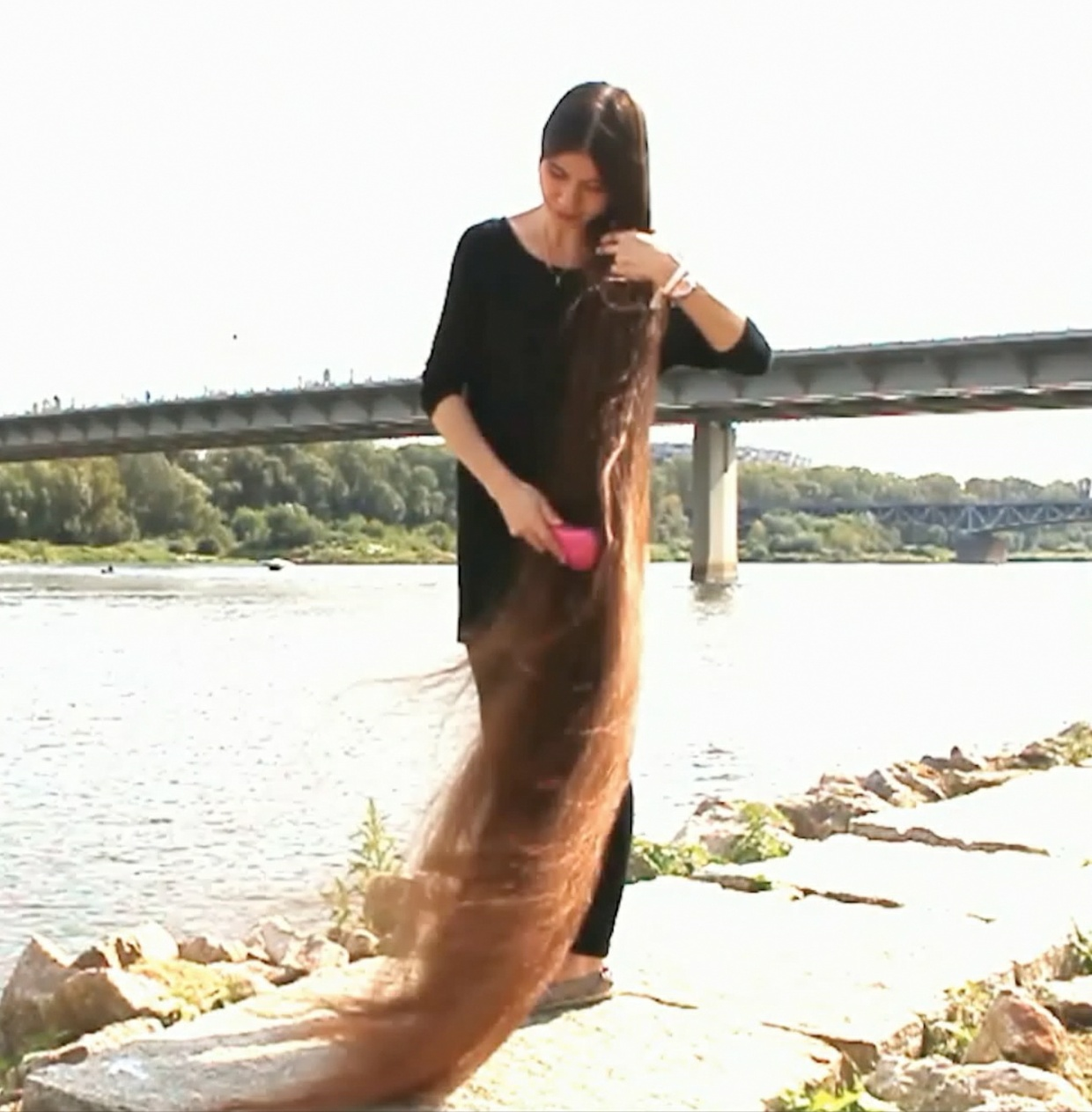 VIDEO - Longest hair in the wind