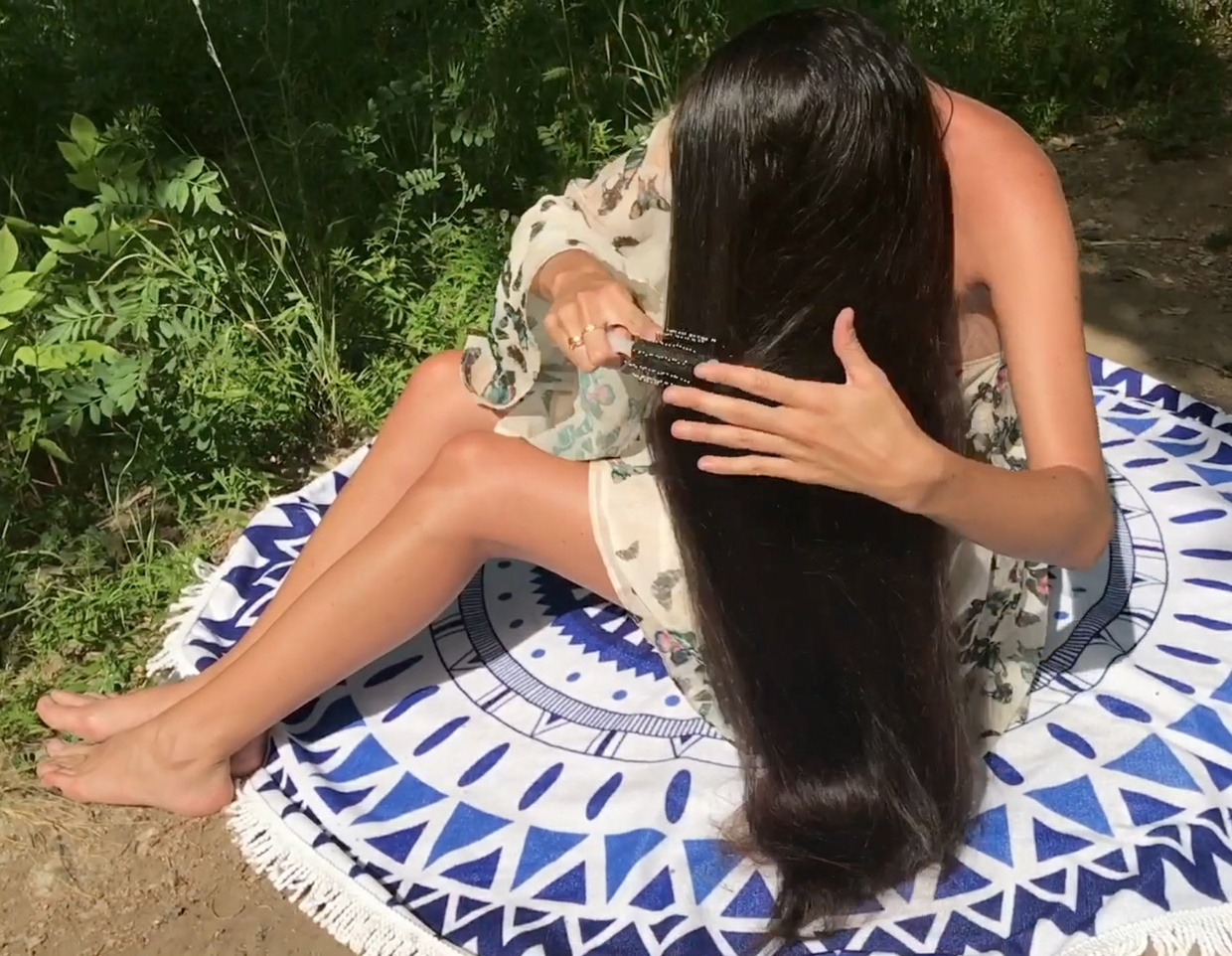 VIDEO - Long hair in the park