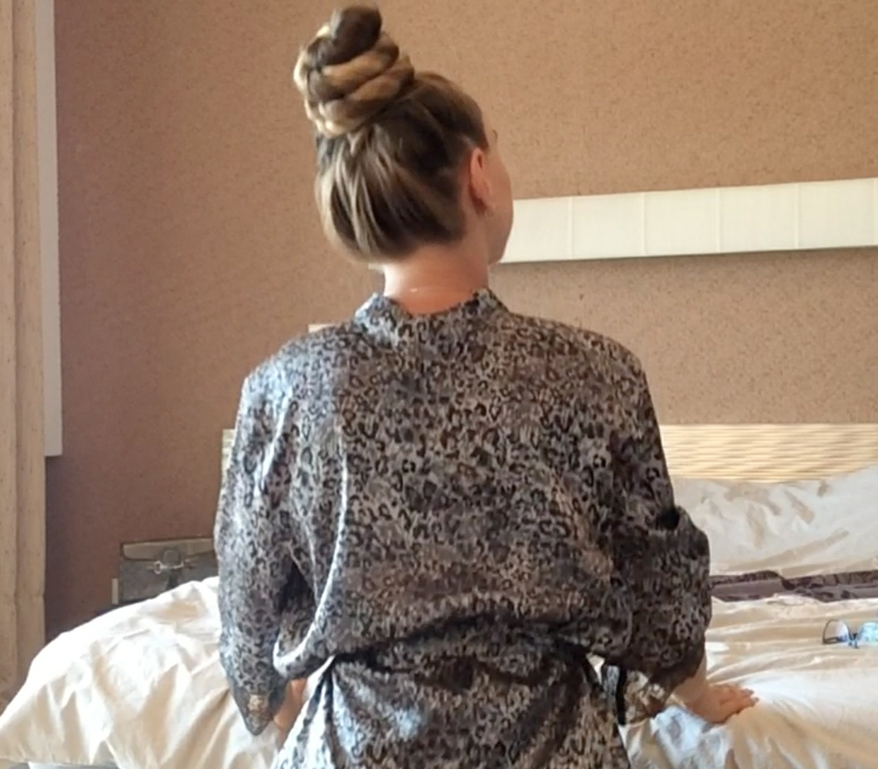 VIDEO - Kateryna´s knee length hair play in bed