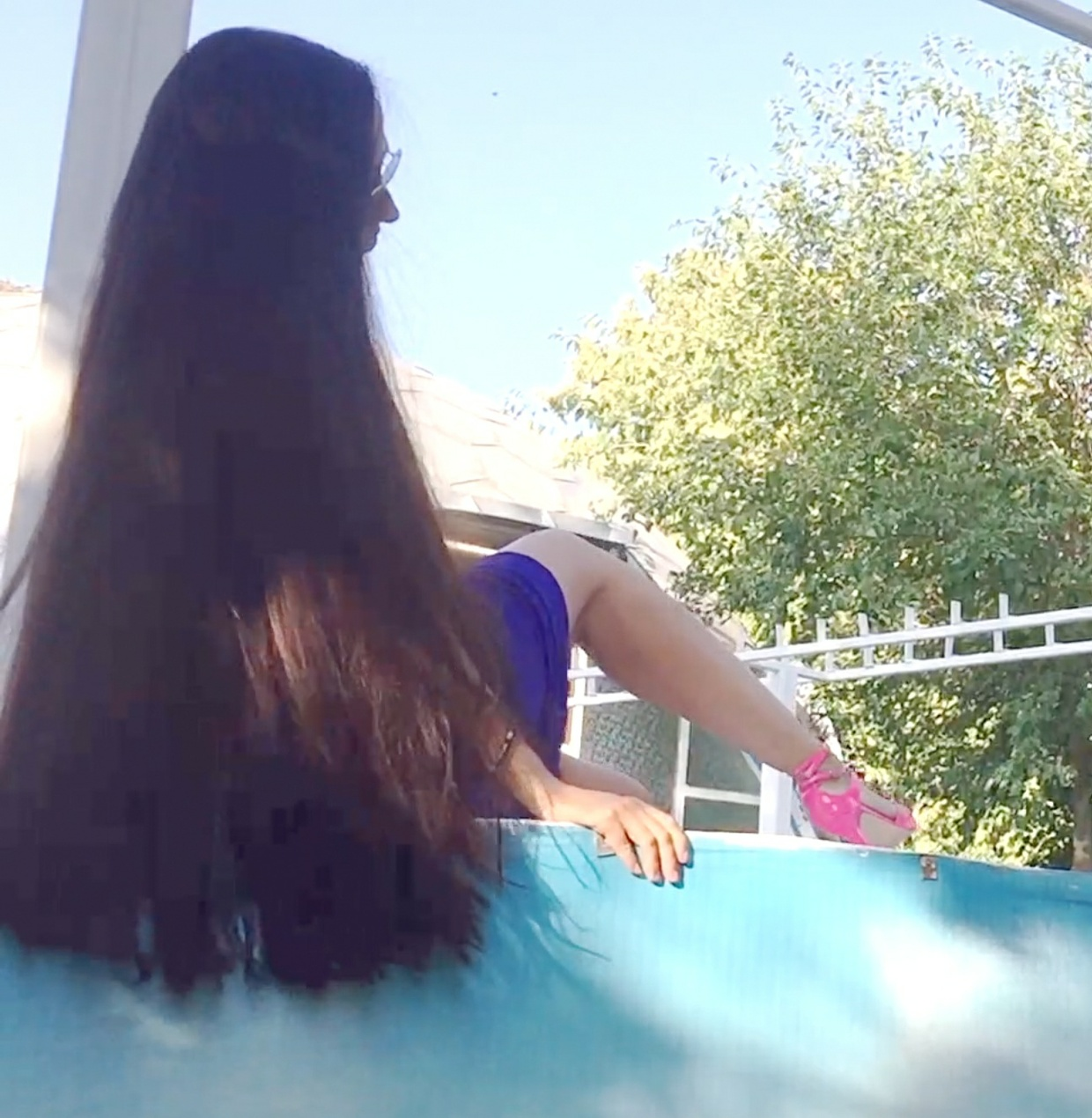 VIDEO - Long hair by the pool