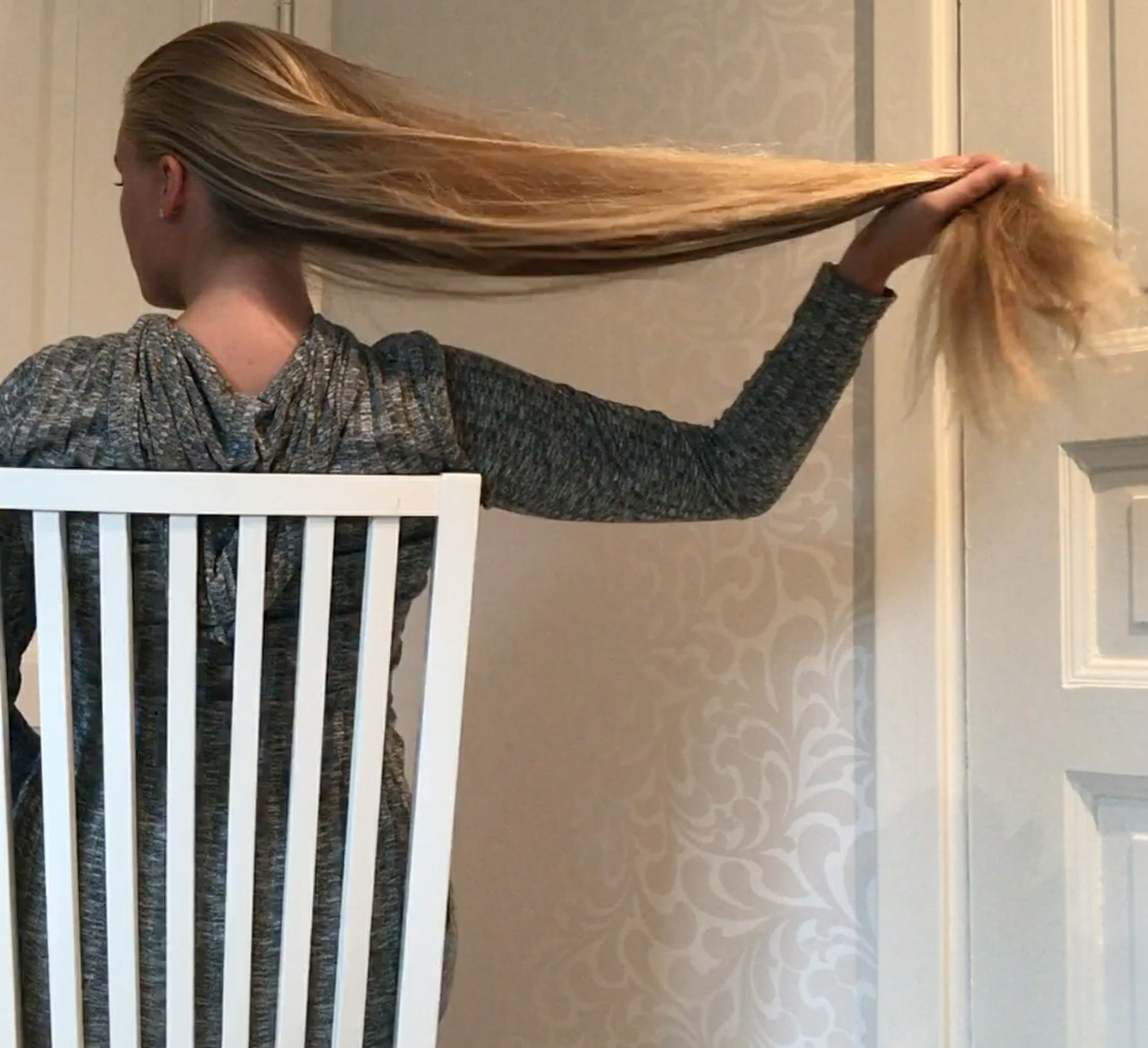 VIDEO - Swedish blonde in chair