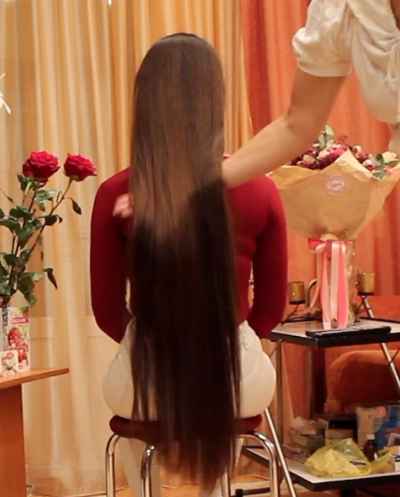 VIDEO - Long hair pampering by friend