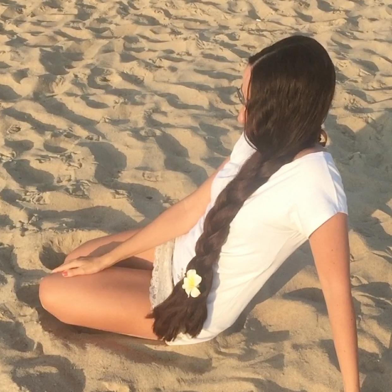 VIDEO - Mila´s hair play at the beach