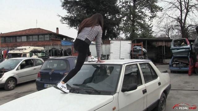 365 : Miss Tiffany jumping on the Fiat Regata