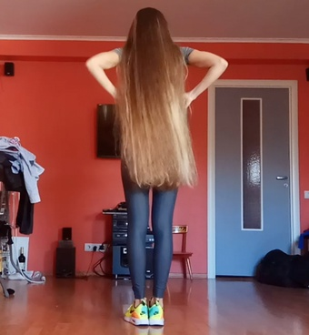 VIDEO - Fit body and thick, long hair