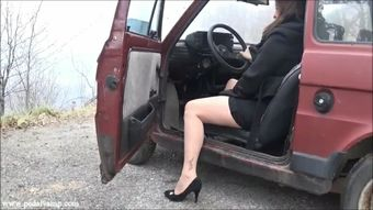 049-1 Vicky cranking an old Fiat 126 - Medium heels shoes