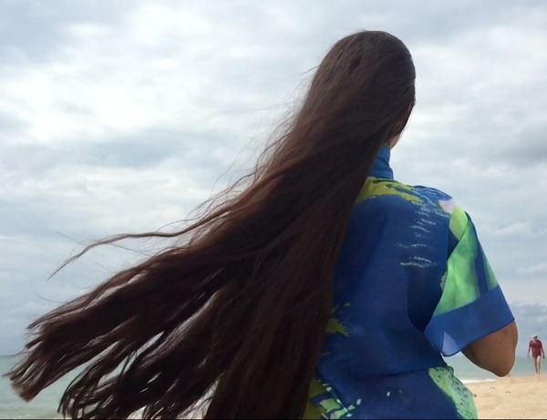 VIDEO - Mila by the beach