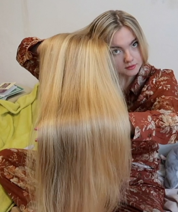 VIDEO - Blonde silk in bed