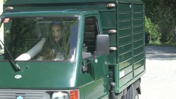 291 : Miss Iris driving the Ape Piaggio