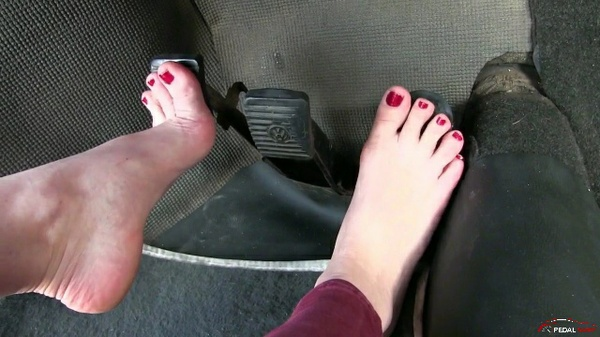 265 : Miss Ale enjoys a barefeet drive on the WV Beetle