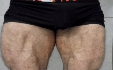 New 2017 Feat of strength with legs + Quads flexing