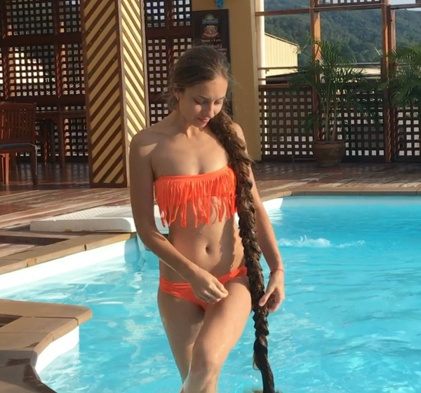 VIDEO - Wet hair by the pool