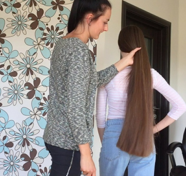 VIDEO - Classic length hair play by friend