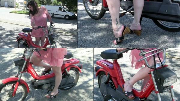 204 : Miss Vicky hard revving the moped Garelli Basic