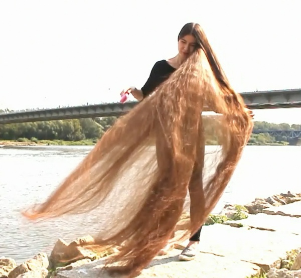 VIDEO - Longest hair in the wind